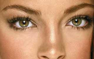 Рыжая девушка с зелеными глазами